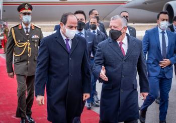 الملك وولي العهد يودعان الرئيس المصري
