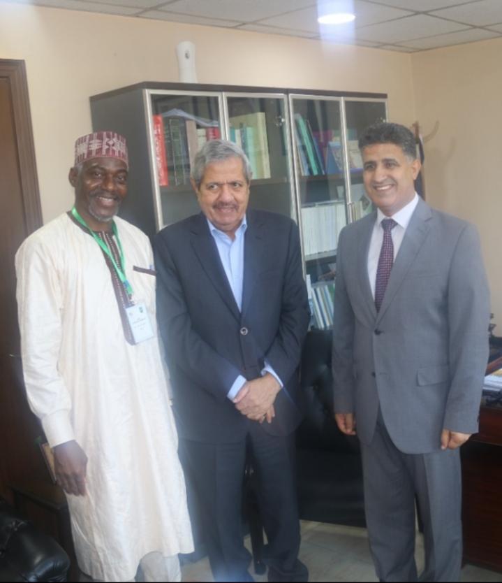 المركز النيجيري للبحوث العربية يهدي المجمع إصداراته