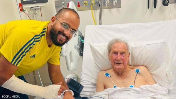 نوح الحربي مع جاره الأسترالي المسن في المستشفى