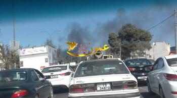 حريق إطارات يغطي دوار صويلح بالدخان (فيديو)