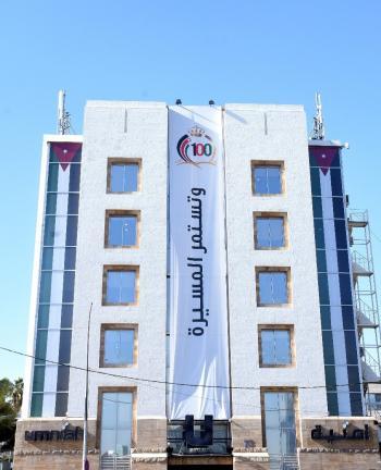 أمنية تزين مبناها الرئيسي ضمن سلسلة احتفالاتها مع الشعب الأردني بمئوية المملكة الاردنية