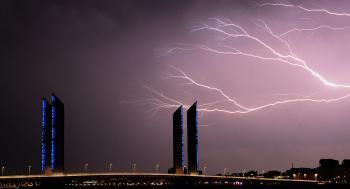 يمكن الاحتماء بالسيارة .. الأماكن الأكثر أمانا خلال العواصف الرعدية