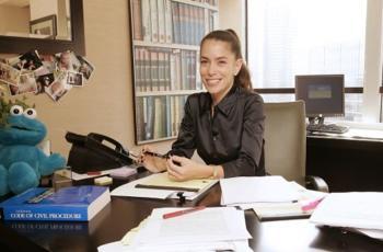هذه هي محامية طلاقمشاهير هوليوود ..  تعرّف عليها