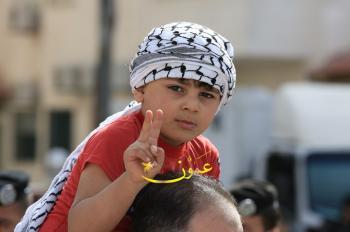 اعتصام حاشد قرب السفارة الاسرائيلية في عمان (فيديو)