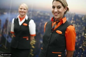 لهذا السبب يضع مضيفوا الطيران أيديهم خلف ظهرهم عند الاستقبال!