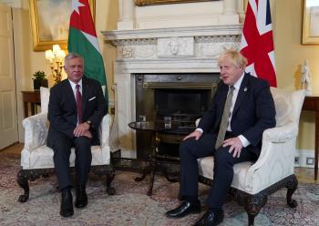 الملك وجونسون يبحثان سبل تعزيز العلاقات الاستراتيجية بين البلدين