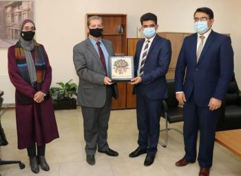 رئيس  عمان العربية  يكرم الدكتور ليث أبو عليقة لتحقيقه إنجازا بحثياً عالميا