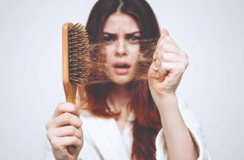 دراسة تكشف عن مفتاح منع تساقط الشعر في الكبر