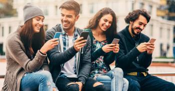 الهواتف الذكية تؤمن تواصلا افتراضياً الا ان اضرارها ماثلة
