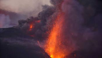 تدفق الحمم من بركان لا بالما الإسبانية يشتد ويزداد سرعة