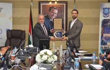 رئيس عمان الأهلية يكرم الفائز بجائزة أفضل باحث على مستوى الكليات الإنسانية