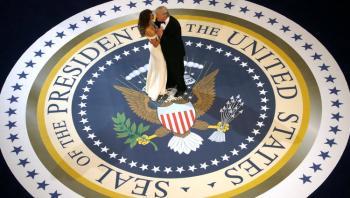 الرقصة الأولى لترامب وميلانيا بعد الوصول للبيت الأبيض (فيديو)