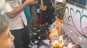 معانيون يحرقون المناهج الجديدة احتجاجا على تعديلها