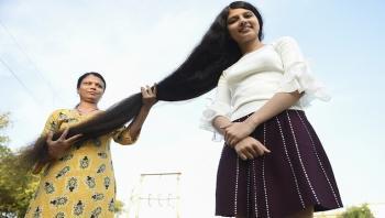 صاحبة أطول شعر بالعالم تقصه وتتبرع به لمتحف أمريكي (فيديو)