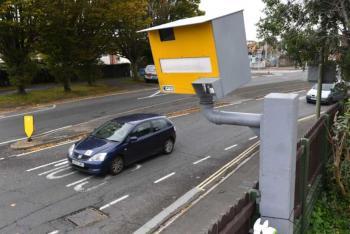 بريطاني يرعب السائقين أمام منزله برادارا وهمي