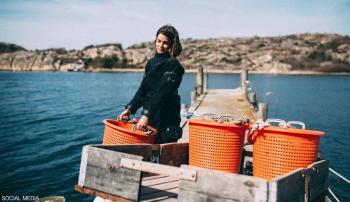 قصة سويدية تخلت عن سحر الموضة لتصبح صيادة محّار