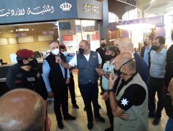 رئيس الوزراء في زيارة مفاجئة إلى مطار الملكة علياء