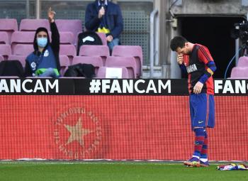 تغريم برشلونة بسبب قميص مارادونا
