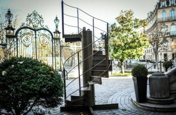 بيع جزء من الدرج الأصلي لبرج إيفل في مزاد بـ 274 ألف يورو