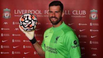 رسميا ..  ليفربول يجدد عقد أليسون بيكر