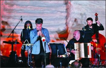 موسيقي إيطالي يعزف البترا في الأردن