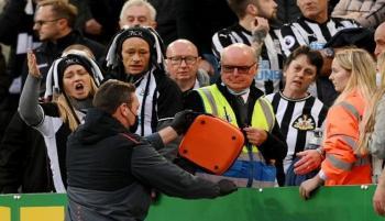 ماذا حدث لمشجع نيوكاسل الذي أوقف مباراة توتنهام؟