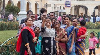 وزيرة هندية تفرض رسوماً على من يرغب في التقاط سيلفي معها