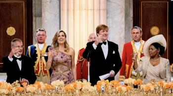 ملك هولندا يتناول العشاء مع 150 مواطناً ولدوا في عيد ميلاده