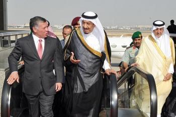 الملك سلمان يغادر الرياض بجولة تشمل حضور القمة في الاردن