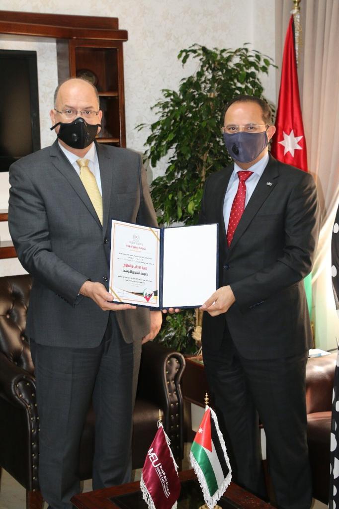 آداب جامعة الشرق الأوسط تتسلم شهادة ضمان الجودة المستوى الذهبي