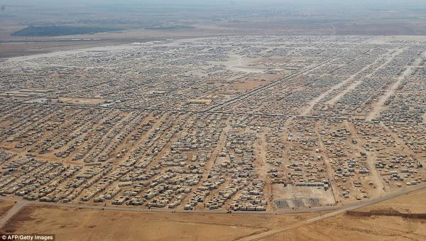 عائلات سورية لاجئة بالزعتري تستلم مفاتيح بيوتها الجاهزة