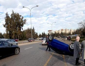 تدهور مركبة على طريق المطار ..  وازدحام مروري خانق