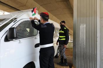 الأمن العام يوزع علم الوطن على المارة والمركبات