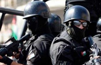 مداهمة أمنية في البادية الشمالية وضبط مطلوبين واسلحة ومخدرات