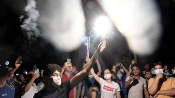 آلاف التونسيين يحتفلون بقرار حل الحكومة وتجميد البرلمان (صور)