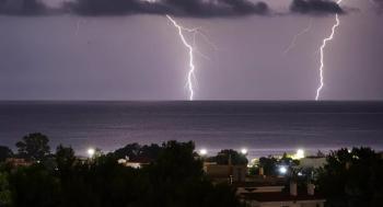 فيديو رهيب يرصد عاصفة رعدية من السماء