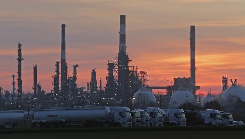 النفط يصعد بدعم انخفاض المخزونات الأمريكية