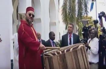 ملك المغرب يشعل مواقع التواصل بقرعه الطبل