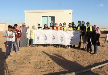 طلبة جامعة فيلادلفيا يقومون بمبادرة الغرفة الصفية في مخيم خديجة / محافظة المفرق