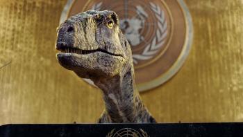 الانقراض أمر سيئ ..  ديناصور يلقي كلمة على منبر الأمم المتحدة
