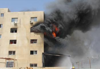 50 آلية لاطفاء حريق مصنع في عمان