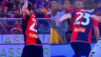 مشهد طريف ..  لاعب يسجل هدفا وبيده زجاجة مياه