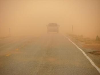 الأمن يحذر من الغبار الكثيف على طرقات