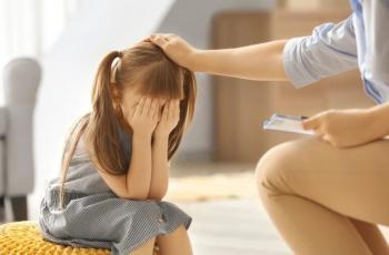لماذا يتشبث بك طفلك طوال الوقت؟