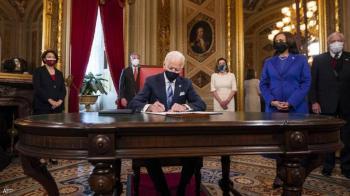 3 ورقات ..  أول توقيع للرئيس بايدن بعد التنصيب