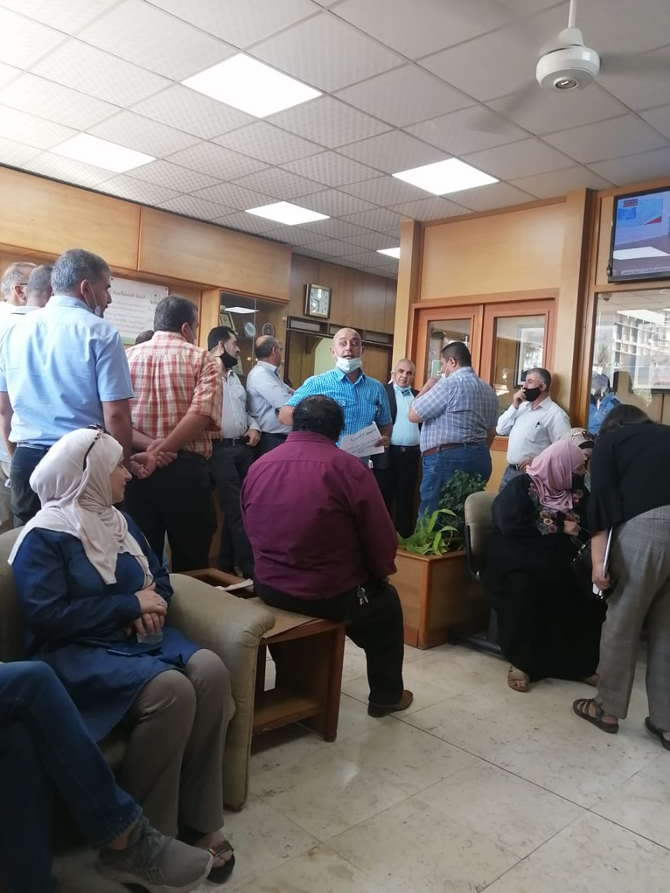 إداريو اليرموك يعتصمون احتجاجا على قبولات كلية الطب (صور)