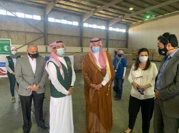 السفير السعودي يسلم برنامج الأغذية العالمي في الأردن 423 طن تمور