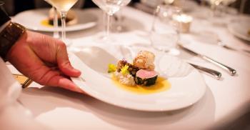 استقالة مسؤولة حكومية يابانية وسط فضيحة تناولها عشاء باهظ الثمن