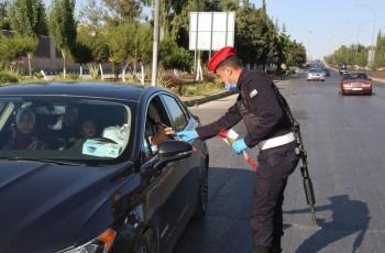 الأمن يقدم الحلوى والورود للمواطنين بمناسبة العيد (صور)