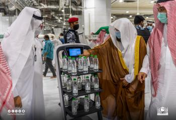روبوت لتوزيع مياه زمزم في الحرمين الشريفين